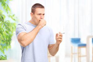 Сильный кашель со свистом может возникнуть у курящего человека