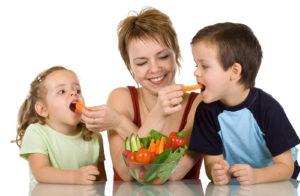 Одной из причин кашля после еды является быстрое употребление пищи