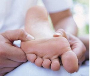 Растирание салом ног
