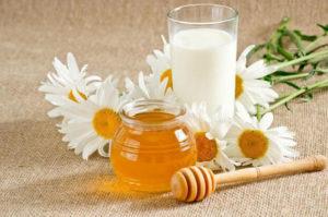 Если кашель спровоцирован простудным заболеванием, можно лечиться медом с молоком