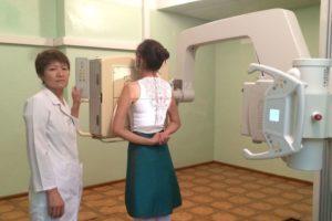 Беременным женщинам закрывают тазовую и брюшную область специальным фартуком из свинца