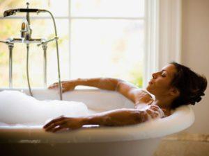 принятие теплой ванны